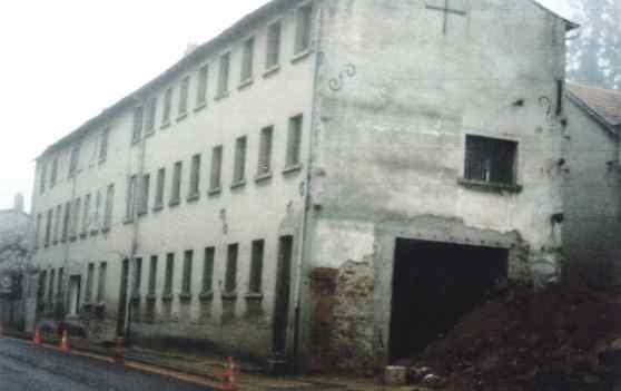 Ancienne usine de tissage au bord de la nationale qui abritait Jeannet-Débit
